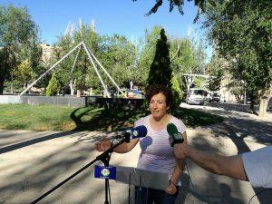 Cati Rodríguez dando explicaciones de las actuaciones de poda, tala y jardinería