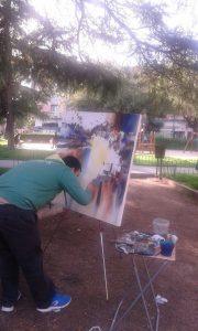 Chico pintando en el parque