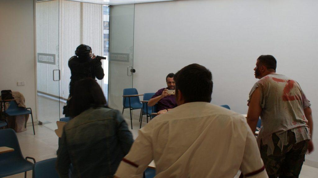 Imágene de la entrada de los zombis en la sala de prensa durante la presentación