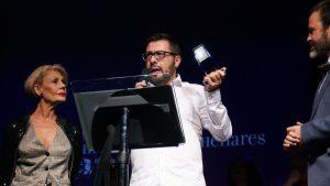Jorge Atienza recogiendo el premio de manos de Rosa Valenty