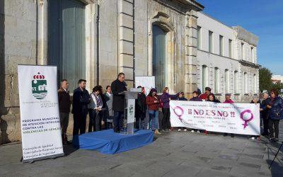 La lectura de una moción institucional y cinco minutos de silencio con motivo del Día Internacional contra la Violencia hacia las Mujeres