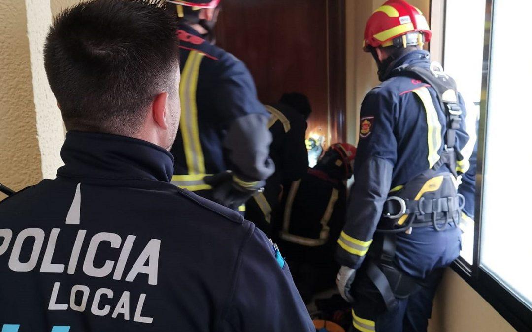 Policía Local colabora en el auxilio a una mujer de avanzada edad que no podía incorporarse tras una caída en su vivienda