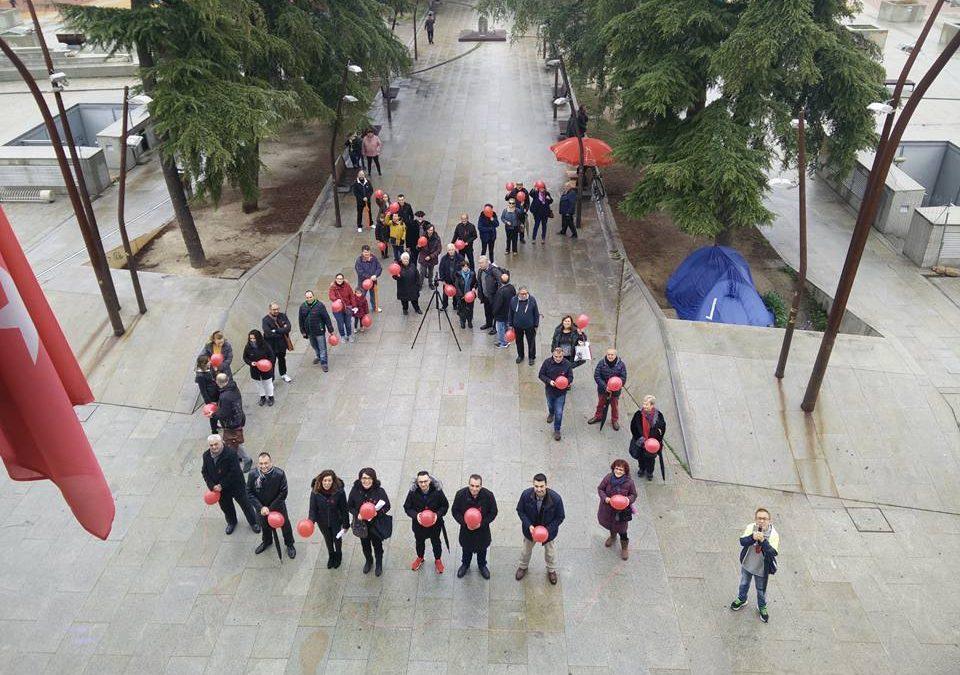 Silencio y globos rojos por el Día Internacional de Lucha contra el SIDA