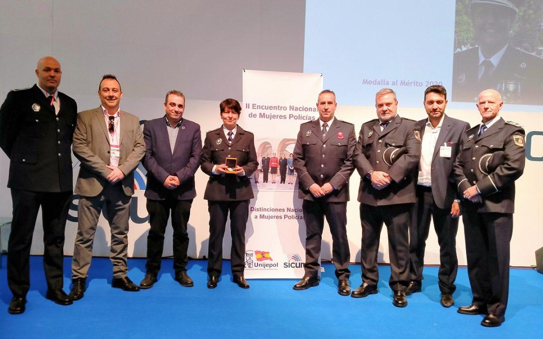 El alcalde, Javier Corpa, asiste a la entrega de 'Medalla de Mérito 2020' otorgada a la oficial de Policía Local Esther Álvarez por Unijepol