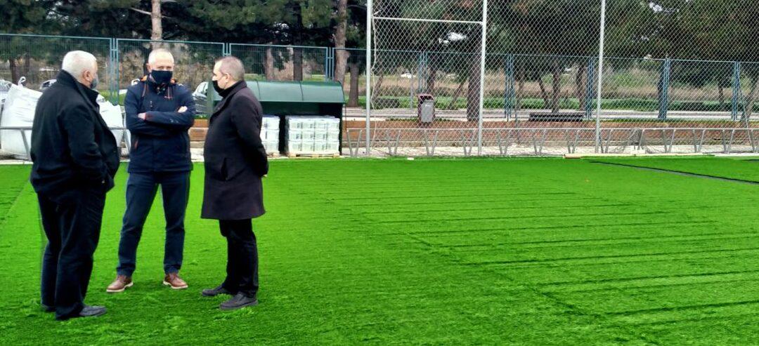 El alcalde de San Fernando de Henares, Javier Corpa, visita las obras de renovación del césped que se están acometiendo en el Campo-1 de fútbol del Polideportivo Municipal