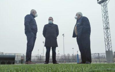 El alcalde, Javier Corpa, visita las obras de mejora acometidas en el Campo-1 de fútbol ubicado en el Polideportivo Municipal 'Justo Gómez Salto'