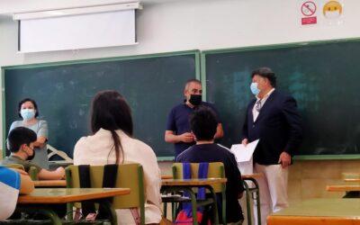 El alcalde de San Fernando de Henares, Javier Corpa, hace entrega de los premios del concurso de eslóganes contra el tabaco, que ha contado con la participación de cerca de 400 alumnos/as de 1º de la ESO de los tres institutos del municipio
