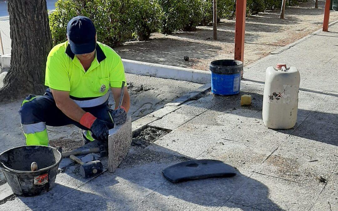 Los trabajadores integrantes del último plan de empleo desarrollan obras de mantenimiento y reparaciones en los centros educativos en estos meses de verano