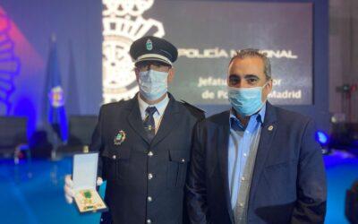 El subinspector jefe de la Policía Local, Gabriel Toledano, recibe la Medalla al Mérito Policial con distintivo blanco que otorga el Ministerio del Interior